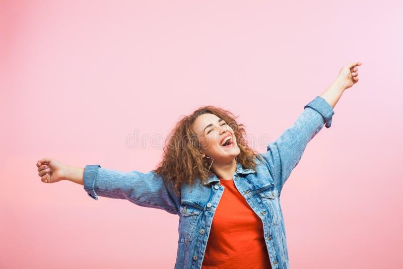 Ung och härlig kvinna, lycka, framgång, sinnesrörelse, glädje royaltyfri foto