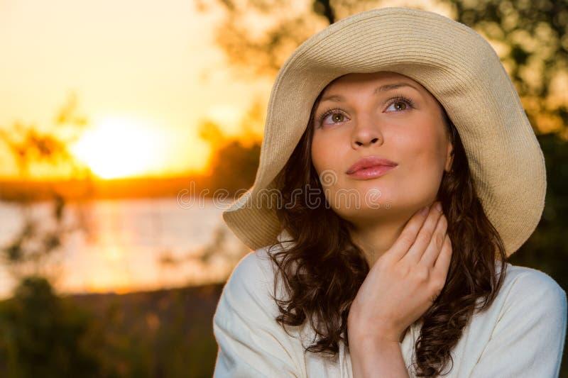 Ung och härlig kvinna som bär en hatt I fotografering för bildbyråer