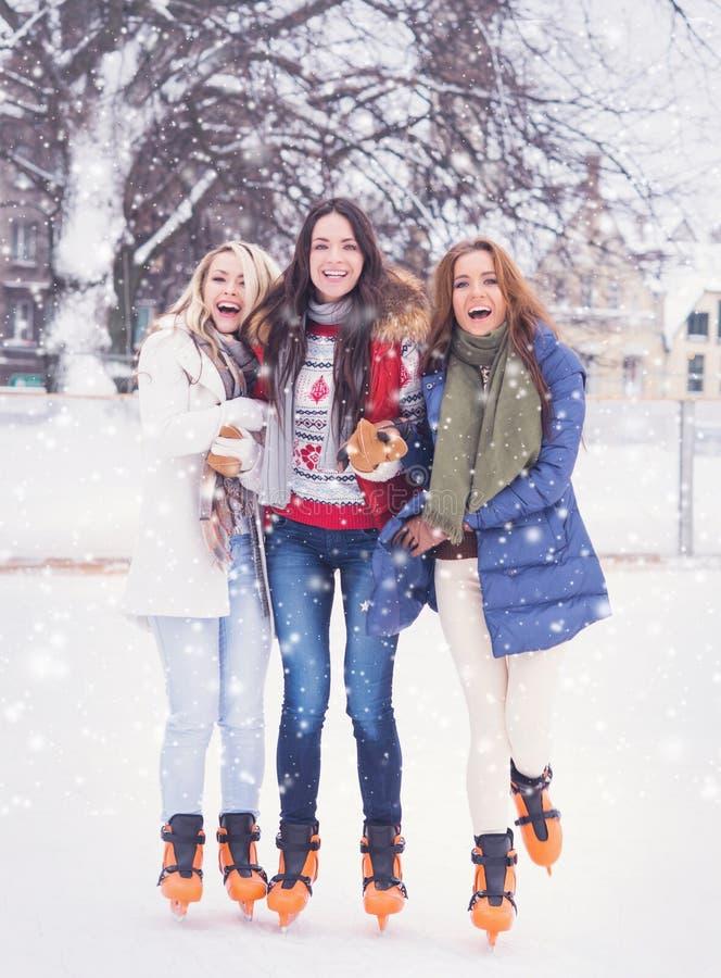 Ung och nätt flicka som åker skridskor på utomhus- is-isbana för öppen luft på wi arkivfoton