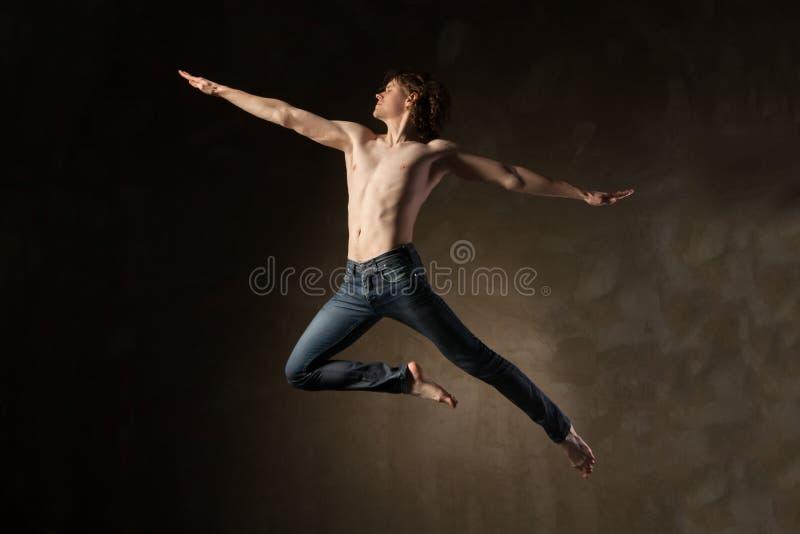 Ung och stilfull modern dansare på grå bakgrund royaltyfri bild