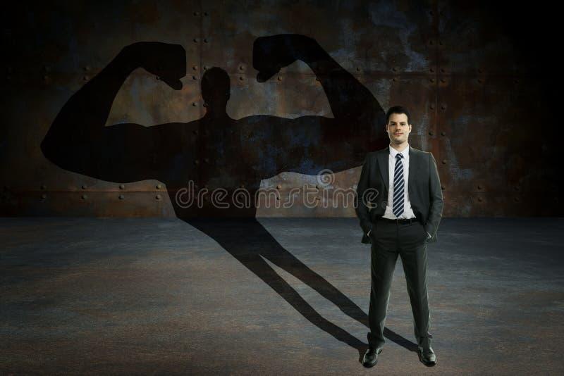 Ung och stilig affärsman med hemlig överhet Affärsmotivation och succesbegrepp arkivfoton