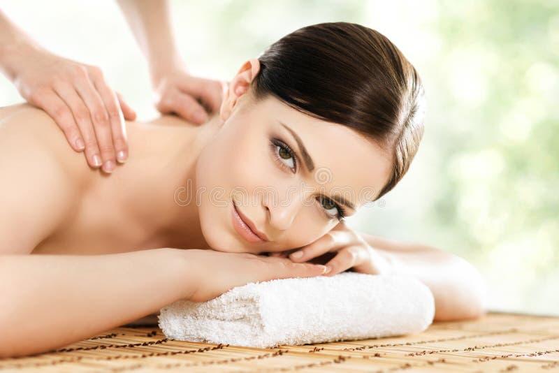 Ung och sund kvinna i den Spa salongen Traditionell svensk massag arkivbild
