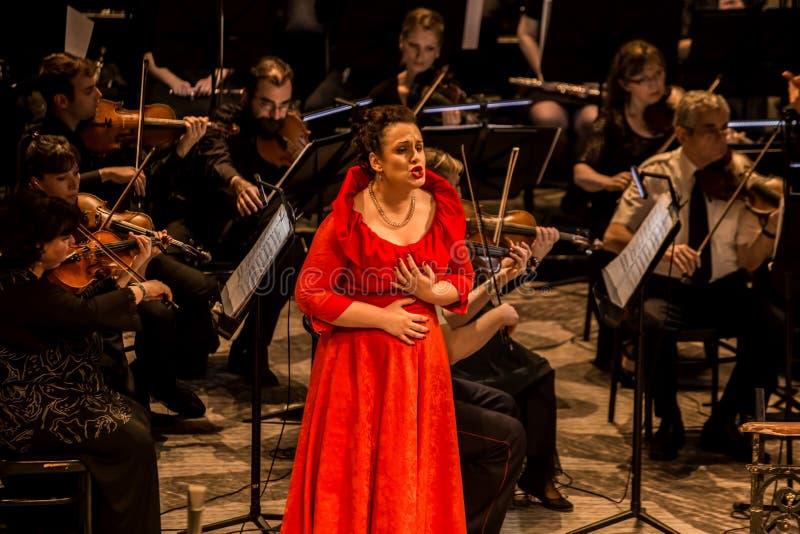 Ung operasångare som utför aria på den nationella teatern i Belgrade arkivbild