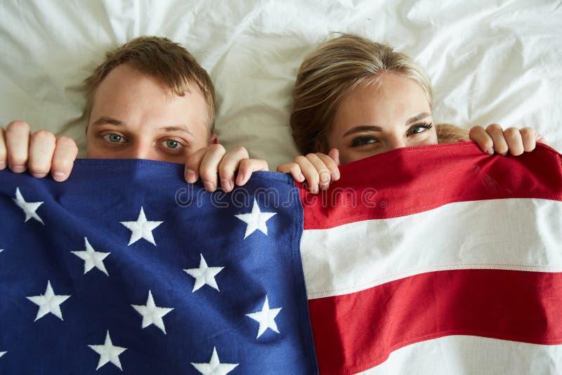 Ung parbeläggning vid amerikanska flaggan arkivfoto