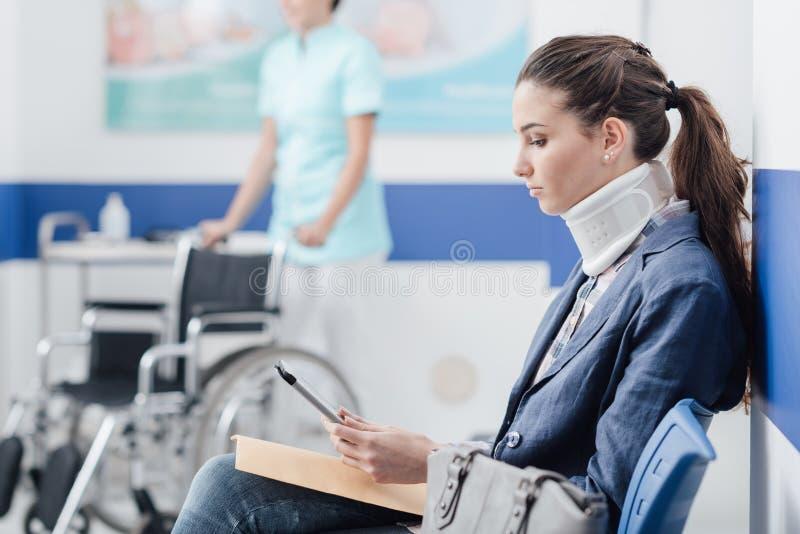 Ung patient i det väntande rummet på sjukhuset royaltyfria foton