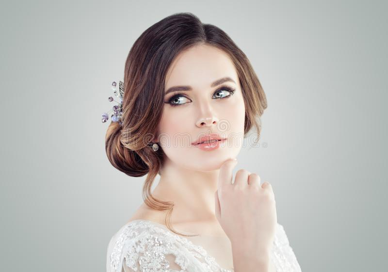 Ung perfekt kvinna med makeup, updohår och hairdeco royaltyfri bild