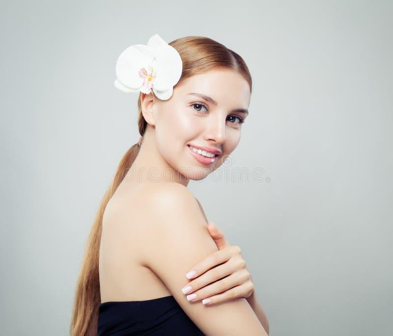 Ung perfekt kvinnabrunnsortmodell med långt sunt hår, klar hud royaltyfria foton