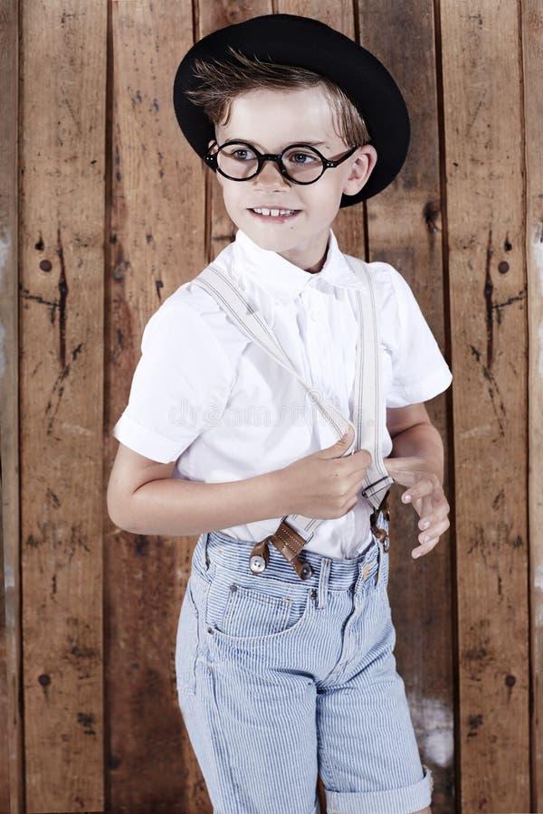 Ung pojke för ståendeofa på träbakgrund royaltyfria bilder