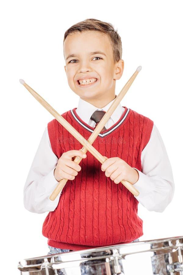 Ung pojke för ståendepojke som trummar på vit bakgrund arkivbilder