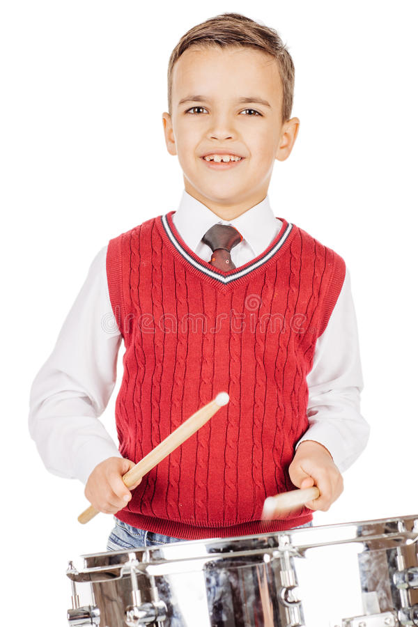 Ung pojke för ståendepojke som trummar på vit bakgrund royaltyfri fotografi