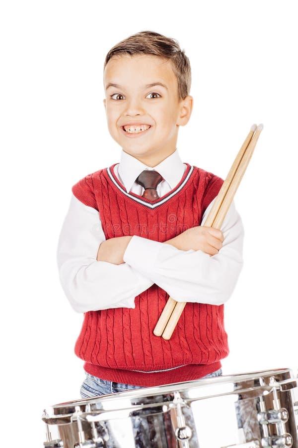Ung pojke för ståendepojke som trummar på vit bakgrund royaltyfria bilder