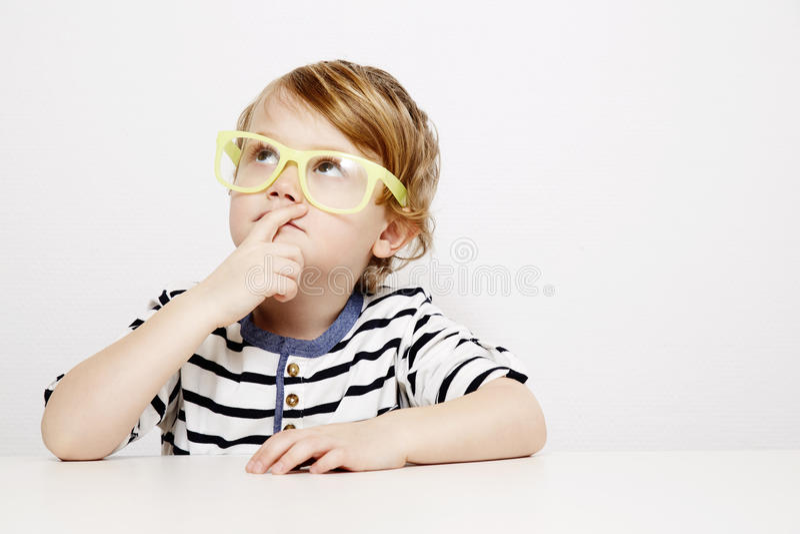 Ung pojke i gulingspecifikationer royaltyfri foto