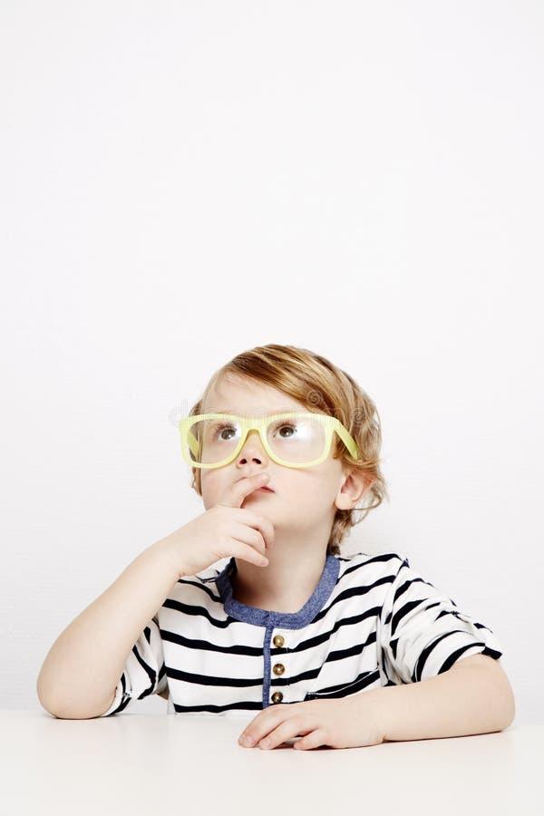 Ung pojke i gulingspecifikationer arkivbilder