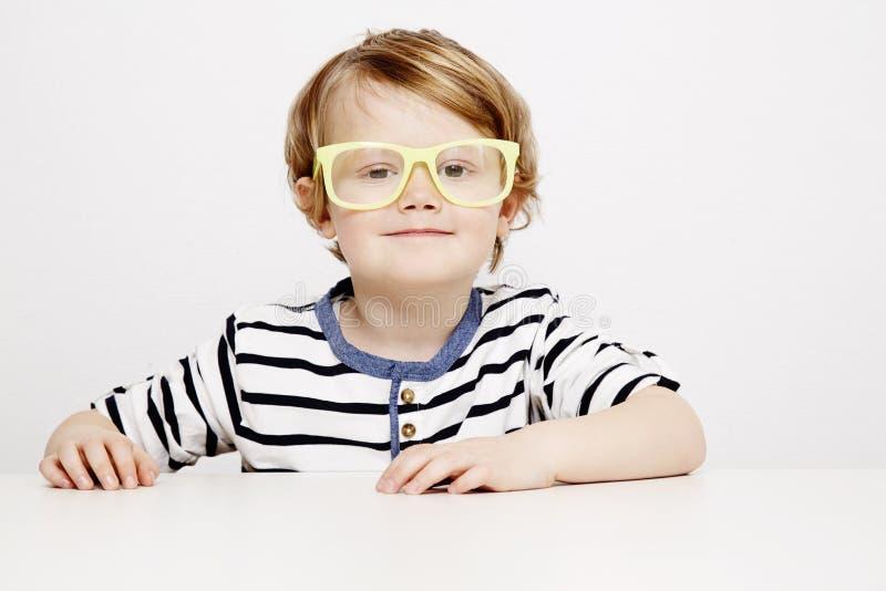 Ung pojke i gulingspecifikationer royaltyfri bild