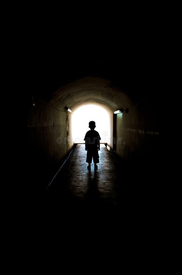 Ung pojke i lång tunnelgångbana