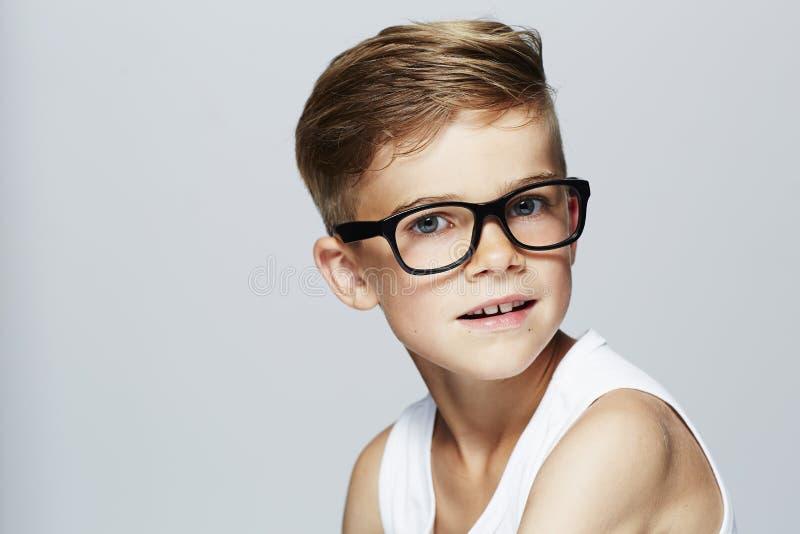Ung pojke i studion som ler royaltyfri bild