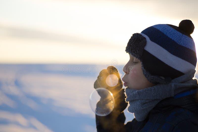 Ung pojke med bubblor royaltyfria foton
