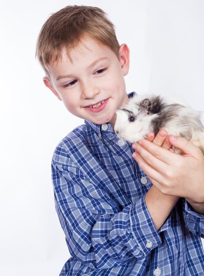 Ung pojke med försökskaninen fotografering för bildbyråer