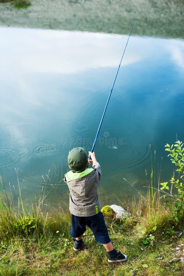 Ung pojke med fiskepolen arkivfoton