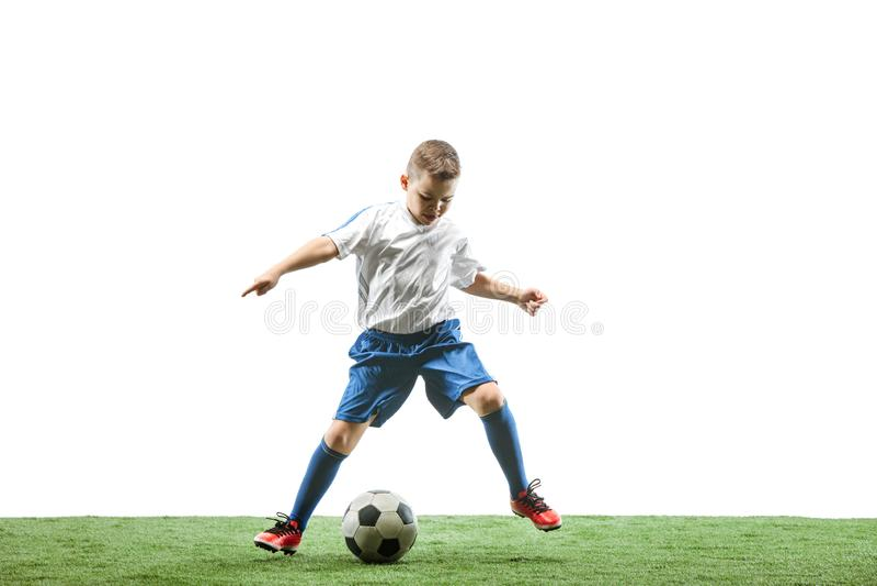 Ung pojke med fotbollbollen som isoleras på vit Fotbollsspelare arkivfoton