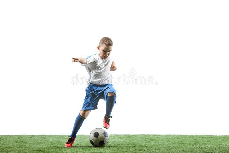 Ung pojke med fotbollbollen som isoleras på vit Fotbollsspelare royaltyfria bilder