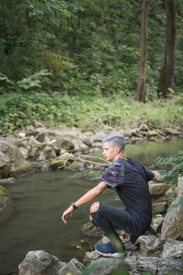 Ung pojke på en flodtur royaltyfri foto