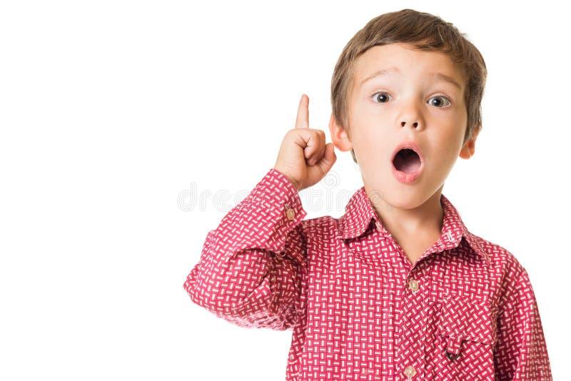 Ung pojke som förvånas och uppåt pekas fingret fotografering för bildbyråer