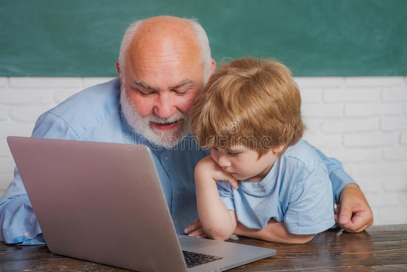 Ung pojke som g?r hans skolal?xa med hans fader gammal l?rare Jag älskar våra ögonblick i skolan - för att minnas tid arkivfoton