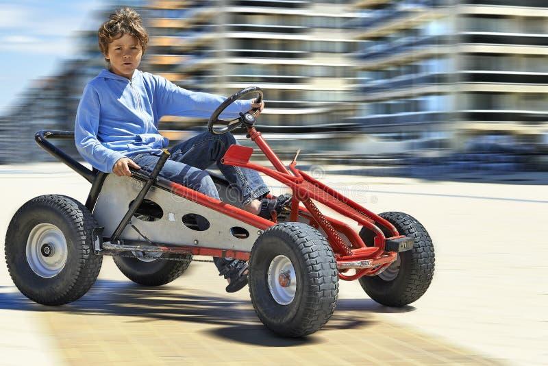 Ung pojke som kör en Quadricycle arkivbild