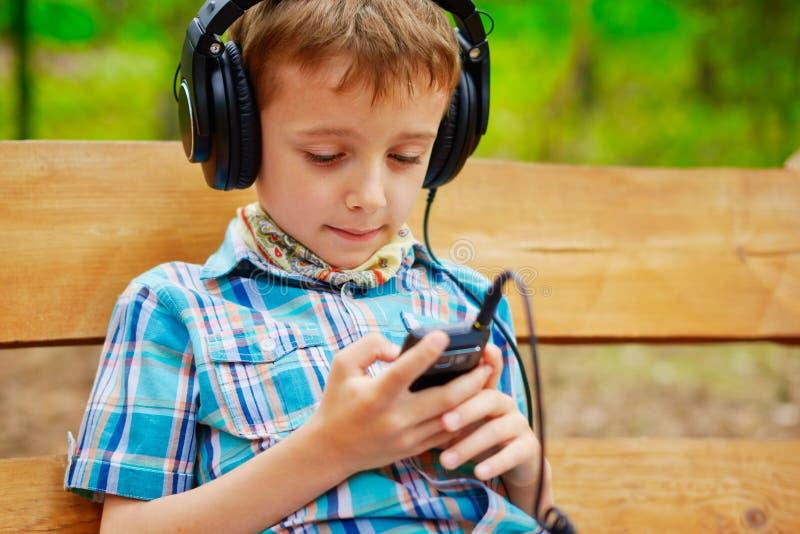Ung pojke som lyssnar till musik royaltyfria foton