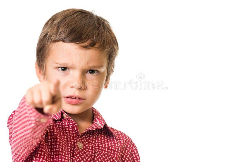 Ung pojke som pekar med fingret in mot dig, fokus på fingret royaltyfri fotografi