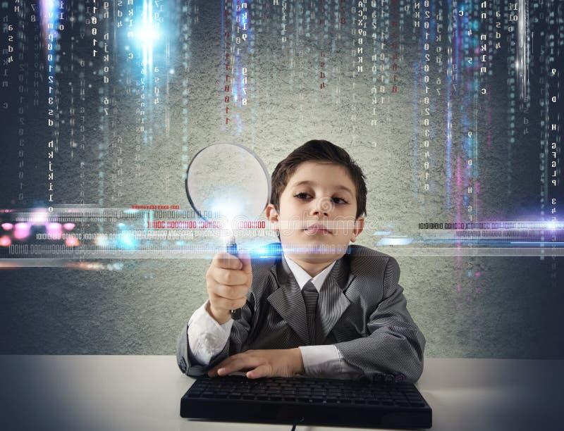Ung pojke som söker efter ondsint kod arkivbilder