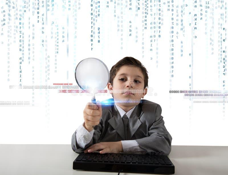 Ung pojke som söker efter ondsint kod royaltyfri foto