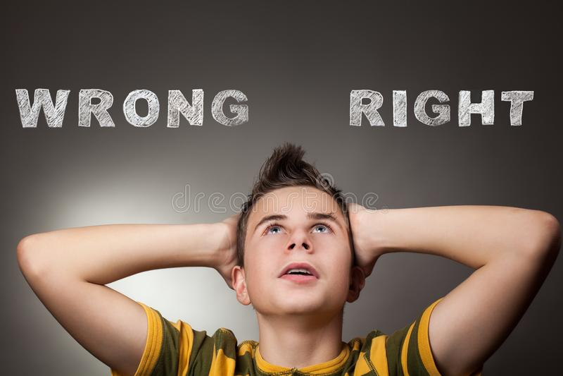 Ung pojke som ser upp på fel och högert arkivfoto