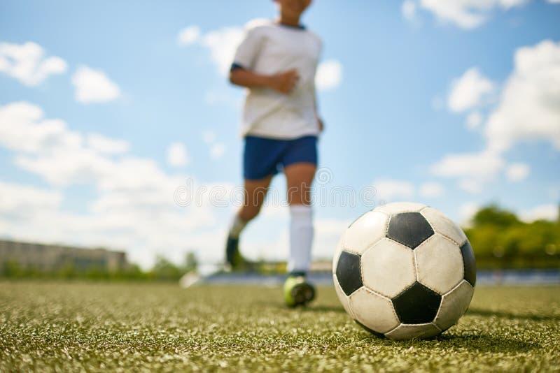 Ung pojke som spelar sportar royaltyfria bilder