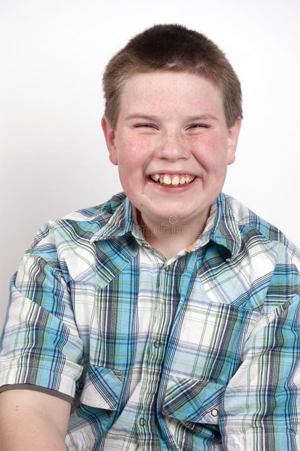 Ung pojke som ut loud skrattar royaltyfri bild