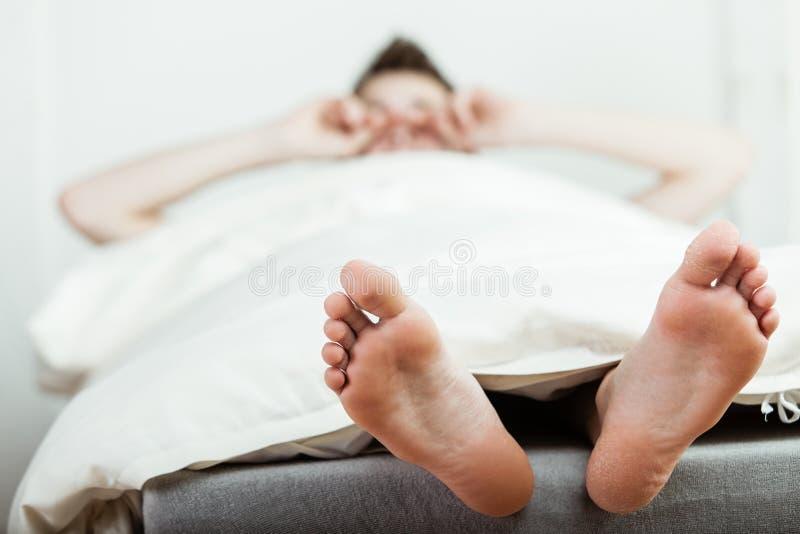 Ung pojke som vaknar upp i morgonen arkivbilder