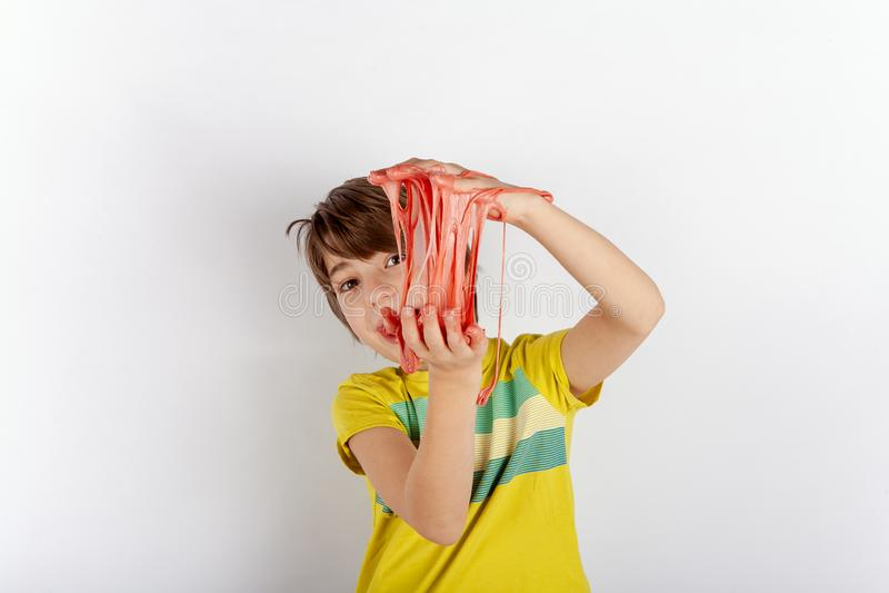 Ung pojke som visar en slam mellan hans händer arkivfoton