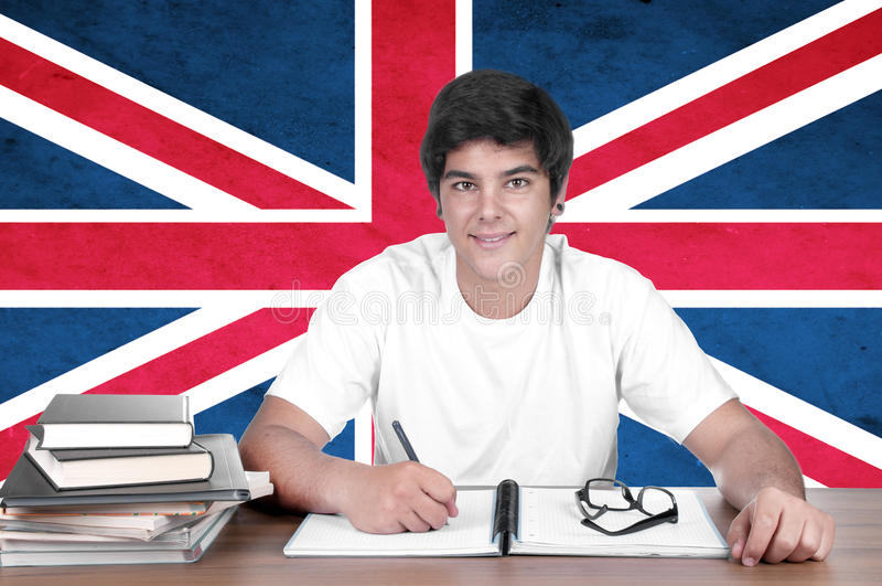 Ung pojkestudent på bakgrunden med UK-flaggan arkivfoton
