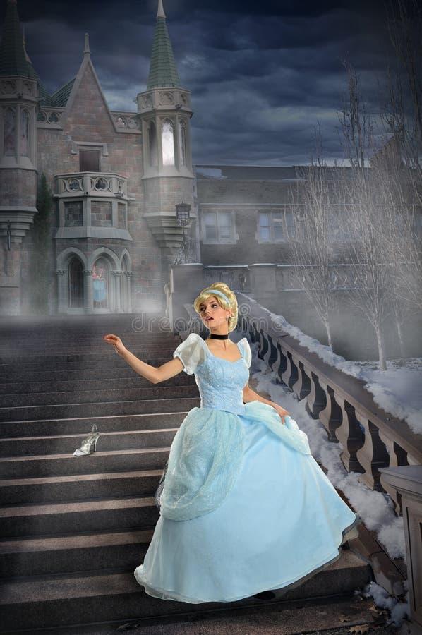 Ung prinsessa Losing Shoe på trappa arkivbilder