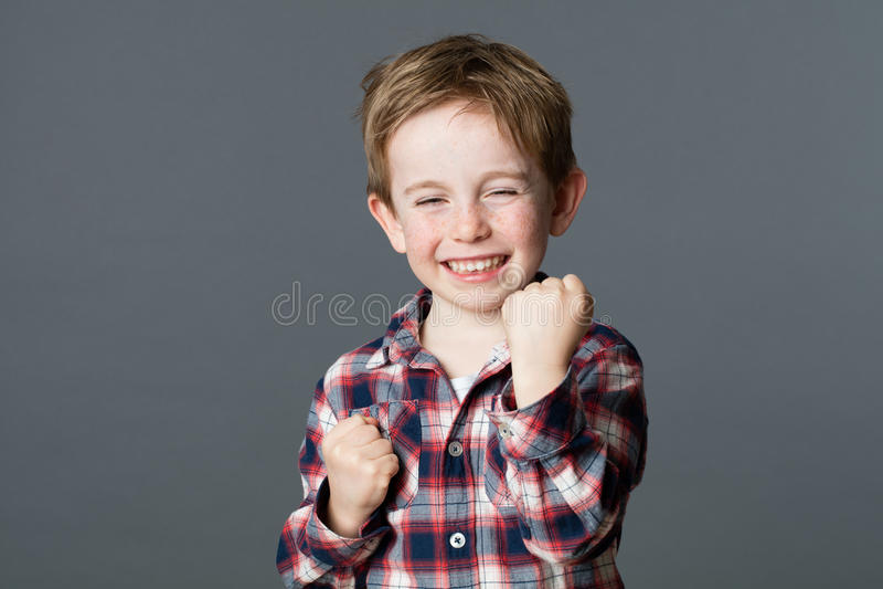 Ung röd hårpojke för rolig stridighet som spelar som toppen hjälte arkivfoto