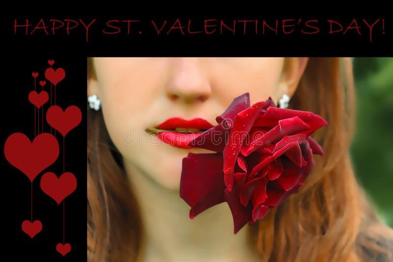Ung röd haired kvinna som rymmer en ros i hennes mun royaltyfria foton