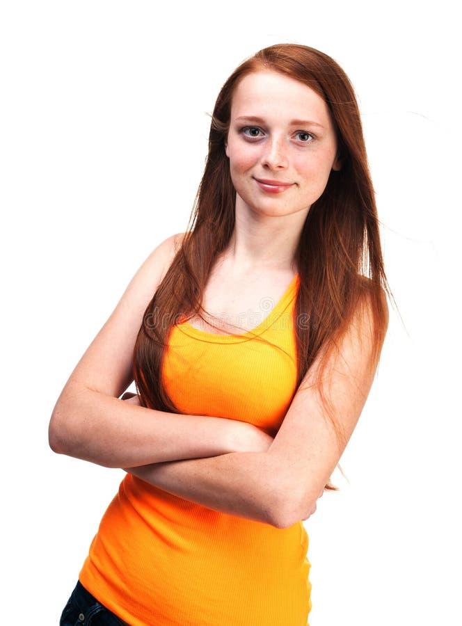Ung rödhårig flicka i en ljus skjorta Isolerat på vit backg royaltyfri fotografi