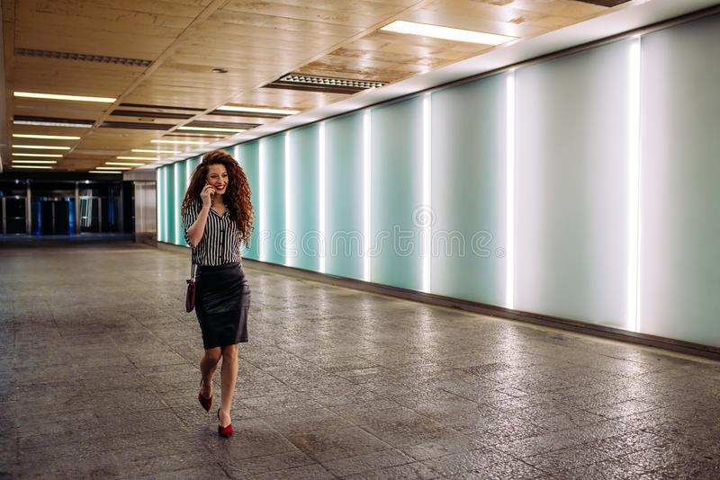 Ung rödhårig manaffärskvinna som går för att arbeta arkivbilder