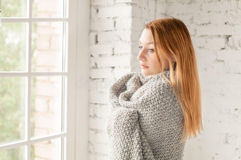 Ung rödhårig mankvinna som hemma väntar royaltyfri fotografi