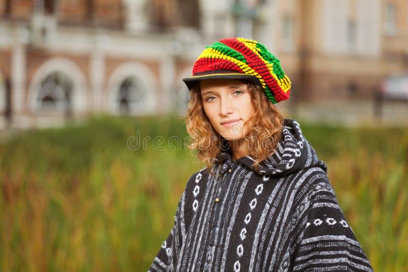 Download Ung rastafarian kvinna fotografering för bildbyråer. Bild av hatt - 27276981