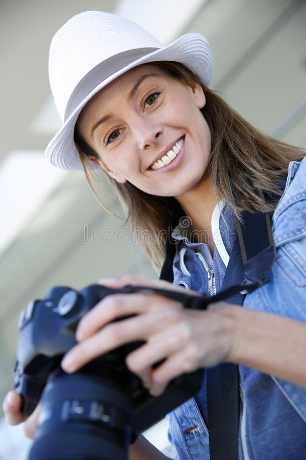 Ung reporter med reflex utomhus arkivbild