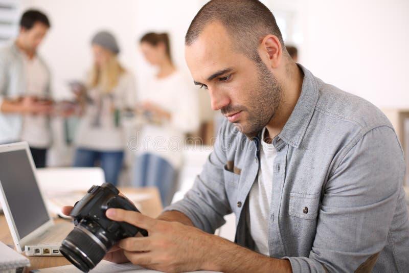 Ung reporter som kontrollerar kort arkivfoton