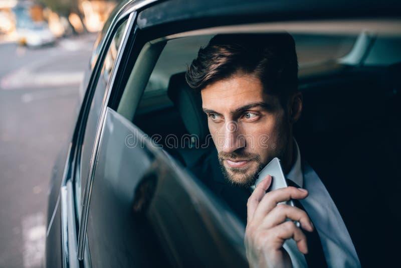 Ung resande för affärsman vid en bil arkivbild