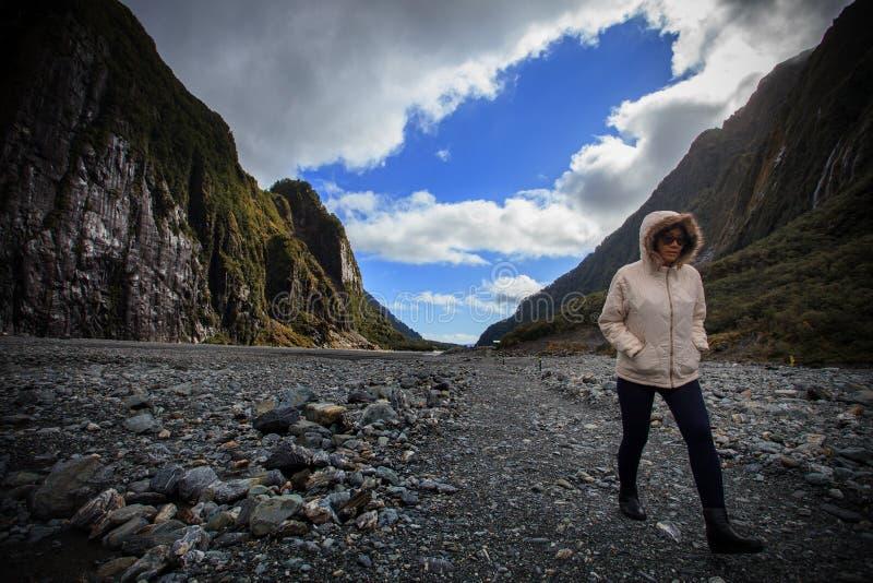 Ung resande kvinna som går i viktig resande destination för franz josef glaciärslinga i den södra ön Nya Zeeland royaltyfri foto